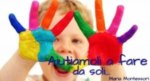 bambino con mani pitturate